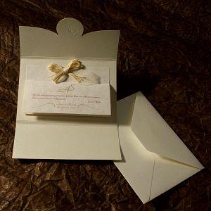 zaproszenie z tłocznymi inicjałami i dekoracją z listków i rafii