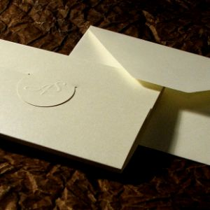tłoczone inicjały na okładce zaproszenia